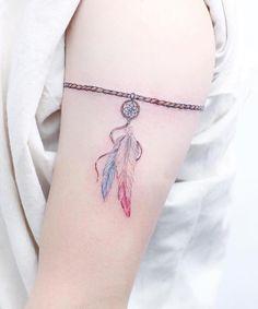 belle idée de tatouage attrape rêve pour femme - un bracelet personnalisé avec un petit dreamcatcher aquarelle
