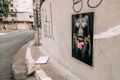 Projeto #asfloresdapele espalha fotografias em lambe com crochê pelas ruas de São Paulo;