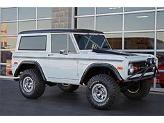 Sweet old bronco. Classic Ford Broncos, Classic Bronco, Classic Trucks, Classic Cars, Classic White, Old Bronco, Early Bronco, Broncos Pictures, Old Pickup Trucks