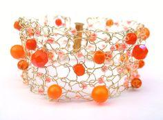 Orange Bracelet Manchette, Tricoté avec Perles de Verre : Bracelet par knit1perle1