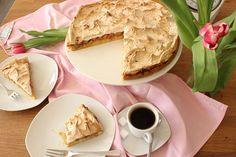 Feiner Mürbteig mit fruchtig-säuerlichen Rhabarbern und süßer Baiserkruste. Zubereitungszeit: 20 Min. Backzeit: 45 Min. Zutaten für eine Springform mit 24-28cm: Füllung: 800 g Rhabarber 150 g Zucker 2 TL Zimt 50 g Stärke Vanilleextrakt Teig: 200 g Mehl 60 g Zucker 80 g Butter Vanilleextrakt Abrieb einer Bio-Zitrone 3 Eigelbe ½ TL Backpulver 1 Pr. …