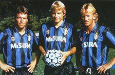 Il trio tedesco: Jürgen Klinsmann (al centro) con Lothar Matthäus (a sinistra) e Andreas Brehme (a destra) nel 1989 Football Awards, Football Uniforms, Football Stadiums, Classic Football Shirts, Retro Football, Football Soccer, European Football, American Football, Andreas Brehme