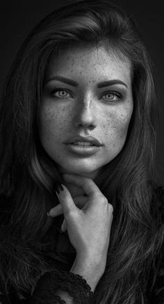Geniales schwarz-weiß-Portrait einer Frau mit Sommersprossen. Die Intensität in ihren Augen ist klar erkennbar. #portrait #grau #portraitfotografie #frau #fotografie