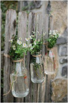 Blumen-Väschen am Zaun