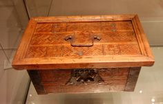 Casket decorated with geometric patterns. Inlays with wood from fruit trees and softwood. 15th century.