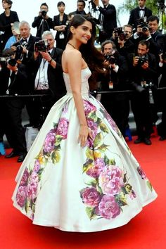 Sonam Kapoor in custom Dolce & Gabbana - Jeune & Jolie Cannes Film Festival Premiere Diva Fashion, Fashion News, Fashion Beauty, Sonam Kapoor, Floral Print Gowns, Floral Prints, Audrey Tautou, Robert Redford, Bollywood Fashion