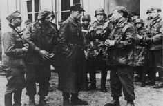 Commander of the Panzer SS Division Frundsberg, SS Brigdefuhrer Heinz Harmel, talks to captured Polish Paras in the Dutch city of Arnhem. Division, Operation Market Garden, Discussion, Ww2 Pictures, Military Operations, Famous Photos, Paratrooper, Interesting History, World War Two