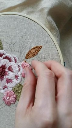 Hand Embroidery Patterns Flowers, Basic Embroidery Stitches, Hand Embroidery Videos, Embroidery Stitches Tutorial, Hand Embroidery Designs, Ribbon Embroidery, Machine Embroidery, Couture, Knitting Charts