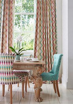 Sillas de comedor con diferentes tapizados de harlequin for Sillas tapizadas estampadas
