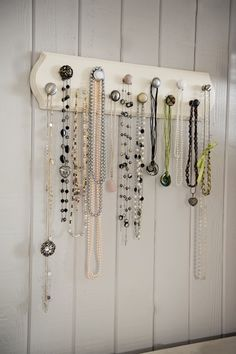 How To Make a Fun Jewelry Display Hanger with Assorted Pieces of Cabinet Hardware - DIY Jewelry Crafts Ideen Diy Jewelry Organizer Drawer, Diy Jewelry Holder, Jewelry Hanger, Jewellery Storage, Jewelry Organization, Jewellery Display, Jewellery Stand, Hanging Jewelry, Jewelry Box