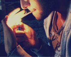Un cigarrillo mas que se va pensando en ti...