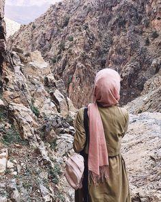 The hijab doesn't stop a woman from activities such as hiking, an activity that I enjoy. Casual Hijab Outfit, Hijab Dress, Hijabi Girl, Girl Hijab, Islamic Fashion, Muslim Fashion, Muslim Girls, Muslim Women, Niqab