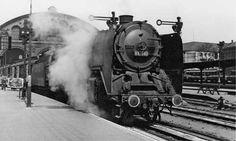 """Mitte der 30er-Jahre fuhren am Anhalter Bahnhof täglich rund zwei Dutzend Schnellzüge ab, im Sommer 1939 sogar mehr als drei Dutzend (Foto: Dampflok 01 190 im Bahnhof). Dann kam der Krieg, und mit ihm die Umstellung auf """"Schnellzüge für..."""