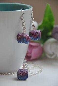 Nočné zvončeky - set. Náušnice z polymérovej hmoty zavesené na antialergénnych háčikoch s dvoma leštenými kamienkami v odlesku ružovej a modrej. Náhrdelník z polymérovej hmoty zavesený na antialergénnej retiazke s troma leštenými kamienkami s nádychom ružovej až modrej. Veľkosť: Náušnice: vysiace, 3,5 cm Náhrdelník: 80 cm dlhá retiazka