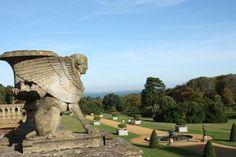멋진 조각상이 있는 정원 영국 와이트섬