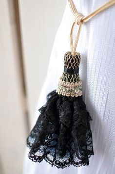 Pretty lace used instead of yarn -very feminine! simply-beautiful-world: ❥‿↗⁀simply-beautiful-world Diy Tassel, Tassels, Simply Beautiful, Beautiful World, Club Couture, Passementerie, Creations, Arts And Crafts, Textiles