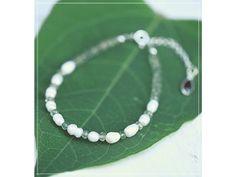 Náramek s perlami, Granátem & Smaragdem Summer Bracelets, Linux, Pearl Necklace, Names, Pearls, Green, Jewelry, String Of Pearls, Jewlery