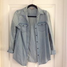 Chamberey Top adorable light wash jean top in excellent condition! Rubbish Tops Button Down Shirts
