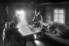 Karelian Iivana Shemeikka plays kantele, the traditional stringinstrument. 1895. Photo: I. K. Inha
