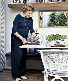 Varanda: com mesa para refeições e banco com estofado, o local tornou-se um delicioso espaço para receber. Na foto, a proprietária, Edith (F...