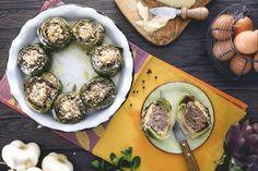 I carciofi ripieni sono un secondo piatto che ospitano un ricco ripieno a base di carne, parmigiano grattugiato e profumate erbe aromatiche.