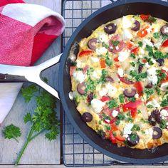 Zin in een makkelijke, lichte lunch tijdens je detox kuur? Probeer dit detox recept: Griekse frittata! Een heerlijke omelet met feta, tomaat, ui en olijven!