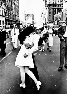The Kiss that Signaled the End of World War II: WW2 Photography by Alfred Eisenstaedt and the Famous Kiss Picture. What I would do to be this girl!!!