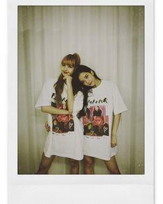 Jisoo and Lisa Blackpink Yg Entertainment, South Korean Girls, Korean Girl Groups, Bff, Rapper, Fotos Goals, Blackpink Photos, Jennie Blackpink, Blackpink Jisoo