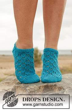 Knitted DROPS ankle socks with lace pattern in Fabel. Size 35 - 43 Free pattern by DROPS Design. Drops Design, Lace Patterns, Knitting Patterns Free, Free Knitting, Free Pattern, Crochet Patterns, Knitted Slippers, Crochet Slippers, Knit Crochet