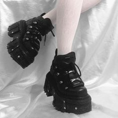 I want this shoes omgg Botas Grunge, Grunge Shoes, Goth Shoes, Swag Shoes, Dr Shoes, Me Too Shoes, Edgy Outfits, Pretty Outfits, Summer Outfits