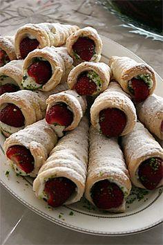 Zülal'in ablası Hilal'in yaptığı palyaço külahlarının asıl tarifi Emine Beder'e ait ama Hilal sadece şekil kısmını örnek alıp muhallebiyi kendi tarifiyle hazırlamış. İşte Hilal'in tarifi: Malzemeler: 16 tane külah için: 12 adet milföy hamuru 1 litre süt 6 yemek kaşığı... Sweet Cookies, Cake Cookies, Cookie Desserts, No Bake Desserts, Tea Time Snacks, No Cook Meals, Bakery, Brunch, Food And Drink