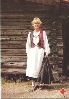 Kaukolan puku, kirjailtu liivi, hopea nastat liivissä ja päänauhassa