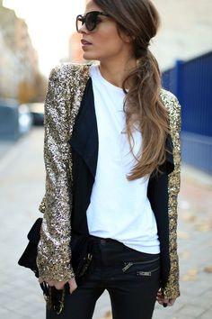 Acheter la tenue sur Lookastic:  https://lookastic.fr/mode-femme/tenues/veste-t-shirt-a-col-rond-jean-skinny-sac-bandouliere-lunettes-de-soleil/5850  — Lunettes de soleil noires  — Veste pailletée dorée  — T-shirt à col rond blanc  — Sac bandoulière en cuir noir  — Jean skinny noir