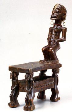 Chaise Chocwe. Ht. 55 cm. l. 30 cm. Trésors d'Afrique. Musée de Tervuren, op. cit., p. 129. Photographie R. Asselberghs. Arte Tribal, Tribal Art, African Wood Carvings, African Furniture, African House, Afrique Art, Statues, African Sculptures, Congo