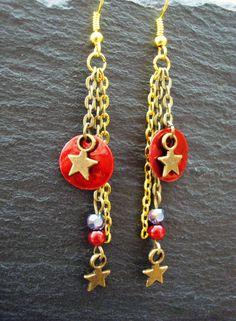 """Boucles d'oreilles étoiles et sequins rouges. Création originale, unique, artisanale, signée """"Les bijoux de Miss poisson rouge""""."""