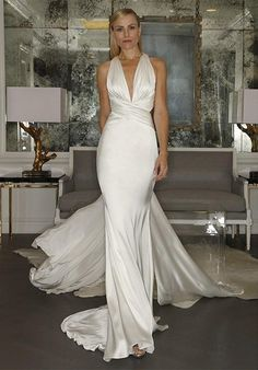 Strapless gown made of silk crepe, features a sculpted neckline and a fluted skirt.