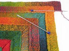 Dette dejlige tæppe består af 4 hjørner, der strikkes separatmed venderækker og derefter sys sammen. Det er helt i retstrikning. Pinde 3. Læs mere ... Knit Crochet, Kids Rugs, Knitting, Baby, Tejidos, Hand Crafts, Kid Friendly Rugs, Tricot, Breien