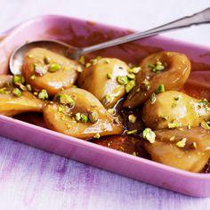 Verwarm de oven voor op 200 ºC. Rangschik de peren in een ovenschaal. Smelt de boter en los de suiker erin op. Schenk over de peren en leg aluminiumfolie (strak) over de schaal.