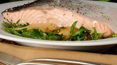 Receta | Salmón al vapor con ensalada de rúcula y pera - canalcocina.es