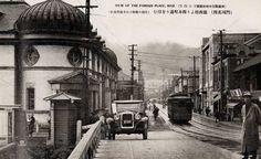 1927年(昭和2年)門司鎮西橋から西本町通り。左は日本銀行西部支店。六角形の電話ボックス