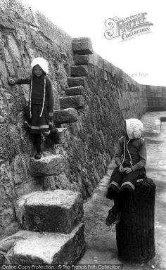 Lyme Regis, Grannys Teeth This intimate shot of the Cobb wall was inspired by Jane Austen. Old Pictures, Old Photos, Vintage Photos, Pictures Of Beautiful Places, Beautiful Places To Visit, St Ives England, Frozen Images, Dorset Coast, Lyme Regis