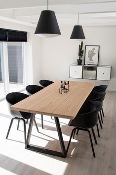 Frigg ege plankebord Frigg ege plankebord i masiv egetræ Special behandling , som lysner minimalt . Dining Table Rug, Grey Dining Tables, Black Dining Room Chairs, Home Living Room, Living Room Decor, Plank Table, Dining Room Inspiration, Dining Room Design, Home Interior Design