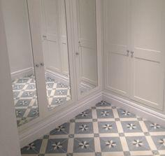 Piso de armario con Mosaicos Hidraúlicos, contraste de color de azules y grises.