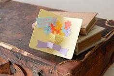 カラフルでポップな色合いが目を引くカード。花びらをたくさん散らして、記念日を祝いましょう。/贈ってうれしいポップアップカード(「はんど&はあと」2013年9月号)