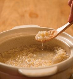 「年末年始、食べ過ぎて体が重い」「じわじわ体重が増え続け、何をしてもやせない」「慢性的に便秘」「疲れが取れない」。そんな人にぜひお勧めしたいのが、体を優しく健康にする「玄米スープ」です。【解説者】勝部美佳(マクロビオティック料理研究家) Soup Recipes, Diet Recipes, Vegan Recipes, Cooking Recipes, Healthy Cooking, Healthy Eating, Cafe Food, Keeping Healthy, Diet Drinks