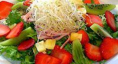 """ENSALADA DE FRESAS CON KIWI  Cortar uno de los kiwis y ponerlo, junto a las fresas enteras, sobre unas hojas de rúcula.  Para la vinagreta, hacer un puré con el otro kiwi y mezclarlo con el vinagre, el azúcar y la pimienta negra.  Agitar bien la mezcla y verter sobre la rúcula y las fresas.  Tradicionalmente se ha reconocido el carácter sensual de las fresas, asociadas siempre al amor y la pasión. De hecho, en algunas culturas se conoce a fresas y frambuesas como """"pezones de fruta""""."""