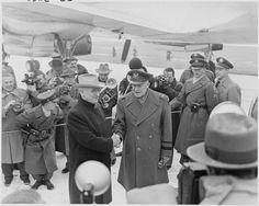 Photograph_of_President_Truman_shaking_hands_with_General_Dwight_D._Eisenhower_at_Washington_National_Airport,_upon..._-_NARA_-_200266.jpg (3000×2396)