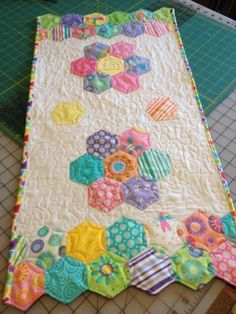 Take a tour through time-saving English paper-piecing techniques, and learn why this portable process has become a quilting craze! Hexagon Quilt Pattern, Quilt Patterns, English Paper Piecing, Quilting Projects, Sewing Projects, Table Runner Pattern, Quilted Table Runners, Quilt Making, Quilt Blocks