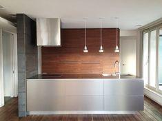 <施工事例> …ペニンシュラにはメタルの扉とステンレスの天板、壁面収納にはウォールナットの扉を使用しました。 このキッチンは天板の薄さがポイントで、メタルの扉との相性もよくシャープなキッチンに仕上がりました。 キッチン/オーダーキッチン/kitchen/背面収納