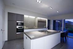 Bekijk de foto van Kwyns met als titel witte keuken in combinatie met grijs hout en andere inspirerende plaatjes op Welke.nl.